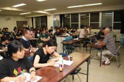 被災者の人たちの体験を真剣に聴く学生たち