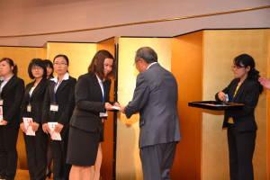 一人一人に奨学金の目録を手渡す泉代表幹事