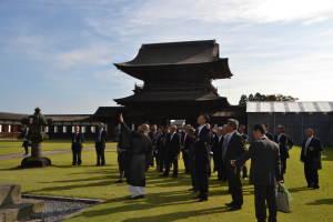 富山県高岡市の国宝瑞龍寺を見学した一行